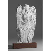 Резной памятник в виде ангела из красного гранита